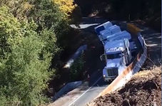 سقوط تریلی به داخل دره!
