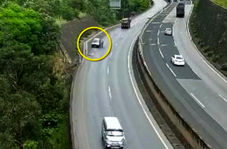 سقوط وحشتناک خودروی سواری به پرتگاه ۸۰ متری حاشیه بزرگراه!