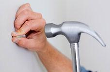 وسیله ای که هنگام میخ زدن به دیوار از انگشت شما محافظت میکند