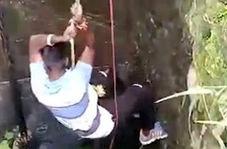 جوانی که برای نجات یک مار جان خود را به خطر انداخت