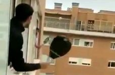 تنیس بازی از پنجره، در قرنطینه خانگی!