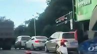 نجات باورنکردنی موتورسوار از زیر کامیون