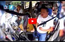 وحشت مسافران اتوبوس از سقوط سنگ غولپیکر روی راننده!