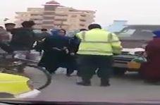 کتک زدن مامور پلیس توسط سرنشینان یک خودرو
