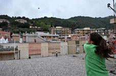 تنیسبازی دختران همسایه از دو سوی دو پشت بام در روزهای قرنطینه