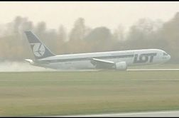 مهارت خلبان هواپیمای بوئینگ ۷۶۷ در فرود بدون چرخ