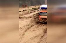 وقتی کامیون هم حریف جریان آب نشد!