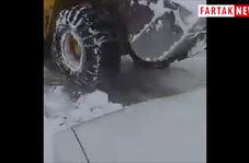 ارتفاع برف در روستاهای قینر و طرزم در آذربایجان شرقی و دفن شدن خودروها