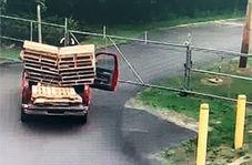 تلاش مضحکانه دو کارگر برای عبور از حصار وسط جاده