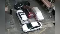 برخورد عجیب مرد جوان با خودروهایی که راه ماشینش را قفل کرده بودند