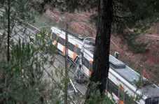 خارج شدن مرگبار قطار از ریل در بارسلونا