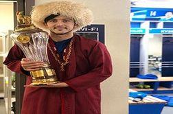 حضور سردار آزمون با لباس ترکمنی در جشن قهرمانی زنیت