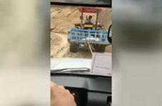 تلاش راننده تراکتور برای رساندن صندوق رای به روستای صعب العبور