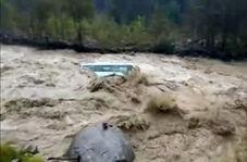 غرق شدن یک اتوبوس در سیلاب!