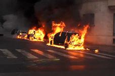 همکاری جلیقه زردها با ماموران آتش نشانی برای جلوگیری از آتش گرفتن یک خودرو
