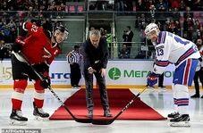 اتفاقی جالب برای مربی مطرح فوتبال در زمین هاکی روی یخ
