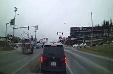 چپ کردن تریلی پس از تصادف وحشتناک با سه خودرو