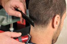 آرایشگری که برای اصلاح مشتریان مانند خفاش از سقف آویزان میشود +فیلم