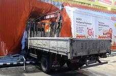 برخورد یک کامیون با دیوار سوپرمارکت به دلیل ترمز بریدن