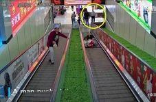 لحظه وحشتناک گیر کردن پای دختر خردسال در پله برقی