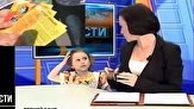 حضور ناگهانی دختر بچه مجری تلویزیونی در برنامه زنده خبری