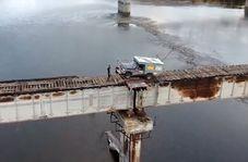 ریسک عجیب راننده کامیون با عبور از پل چوبی!