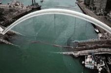 لحظه سقوط پل غولپیکر روی قایقهای ماهیگیری