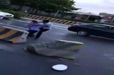 کتک کاری دو مامور پلیس در وسط خیابان