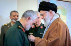 ادای احترام سردار سلیمانی مقابل رهبر انقلاب هنگام دریافت نشان