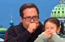 اقدام عجیب مرد مشکوک به کرونا در مصاحبه زنده تلویزیونی!