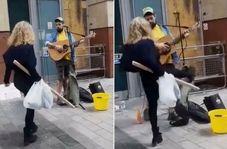 حمله ناگهانی زن عصبانی به نوازنده خیابانی!