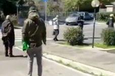 صف ایستادن ایتالیایی برای کاهش خطر ابتلا به کرونا!