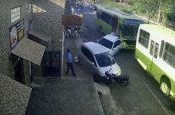 برخورد وحشتناک اتوبوس با خودروهای پارک شده