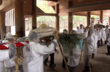 اهدای کیک ۴۵۰ کیلویی به یک معبد توسط کشاورزان ژاپنی