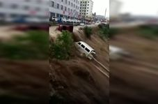 لحظه غرق شدن خودروها در سیل چین