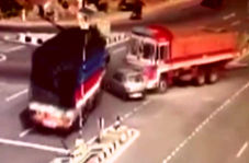 تصادف مرگبار دو تریلی با یک خودروی سواری + فیلم