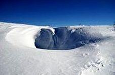 کندن تونل ۷ متری برفی برای رسیدن به خودروی جلوی منزل در روسیه
