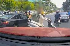 واکنش عجیب راننده کامیون به موتورسواری که راه را مسدود کرده بود