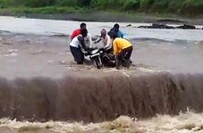 جوانان شجاعی که دوست موتورسوار خود را از جریان سیل بیرون آوردند