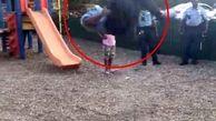 رقابت یک افسر پلیس با کودکی در محل بازی +فیلم