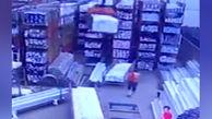 سقوط بار سنگین جرثقیل بر سر کارگر کارخانه!