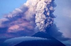 لحظه رعب آور فوران کوه آتشفشان در اندونزی