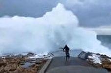 رکاب زدن یک جوان اسپانیایی به سمت امواج دریا