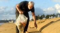 نخست وزیر هند در حال جمع آوری زباله از ساحل