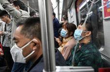 مرد بدون ماسک در چین از مترو بیرون کشیده میشود