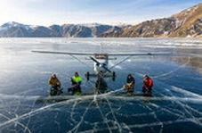 فرود یک هواپیما روی سطح یخ زده عمیقترین دریاچه جهان