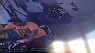 آتش گرفتن عجیب موتورسیکلت در پمپ بنزین!