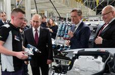 ورود پوتین با لیموزین روسی به کارخانه مرسدس بنز