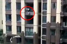 نجات پسربچهای که از طبقه ششم ساختمان سقوط کرد