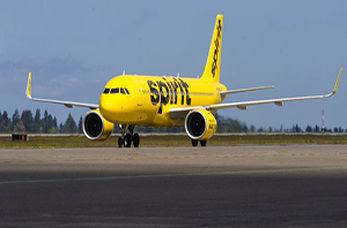 پرواز جالب هواپیما در یک سالن سرپوشیده + فیلم